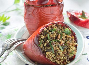 Poivrons farcis au quinoa, sarrasin, graines et épices (vegan)