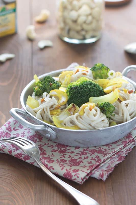 Nouilles de riz sautées au brocoli, à la noix de cajou et lait de coco