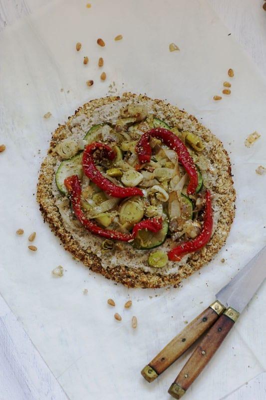 Pizza de chou-fleur, légumes et fromage fondants