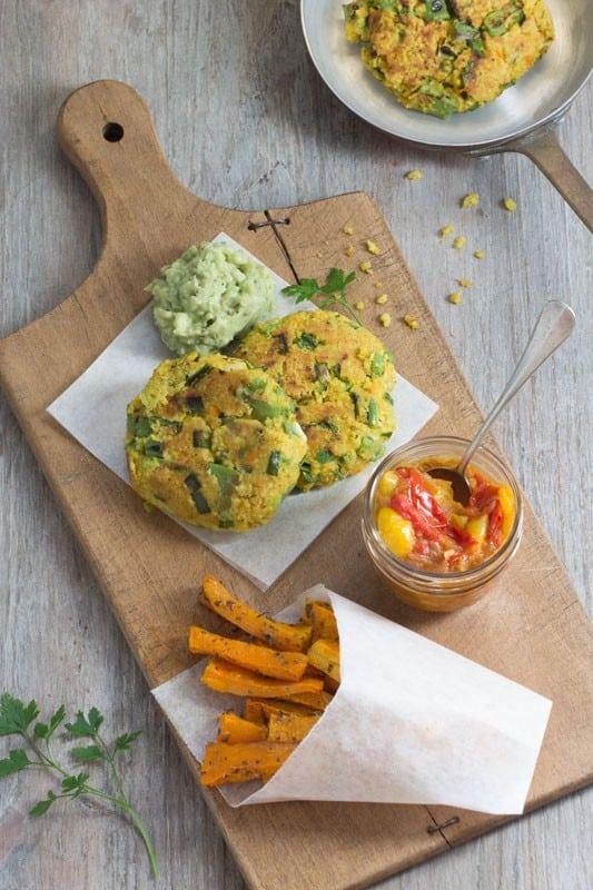 Galettes de lentilles corail et millet aux petits légumes ; chutney de tomates; frites de courge butternut et « mayonnaise » d'avocat