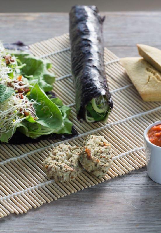 Nori rolls croquants ; crème de poivron grillé, curry et coco ; houmous de haricots au sésame noir ; toasts de pois chiche ; fromage de macadamia et d'amandes