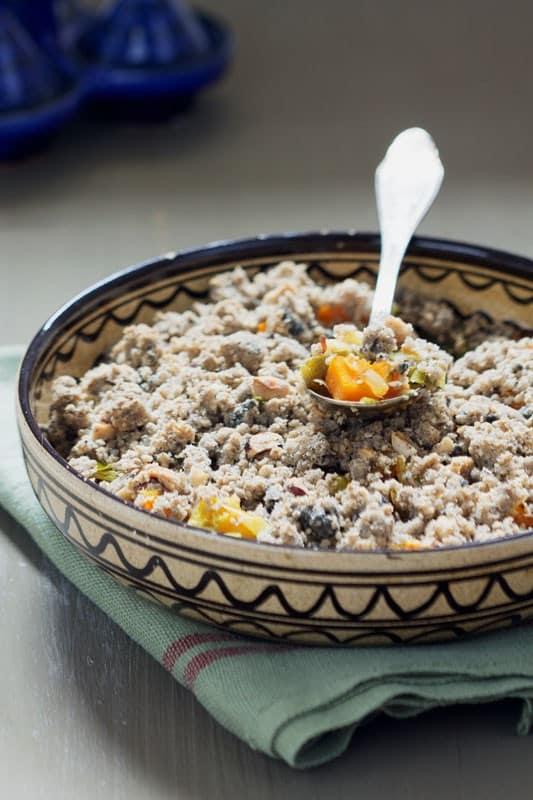 Crumble de poireaux et potimarron, sésame, noisettes et sarrasin