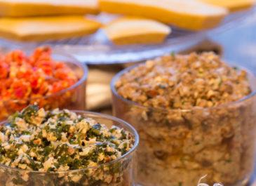Canapés de pois chiche, tartare d'algues, pâté de champignons et crème de poivrons (vegan)