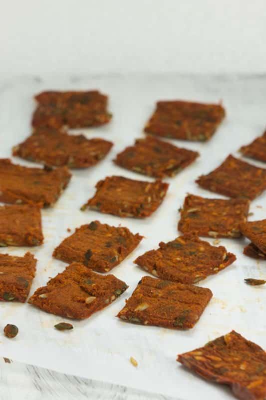 Crackers de graines et poivrons rouges
