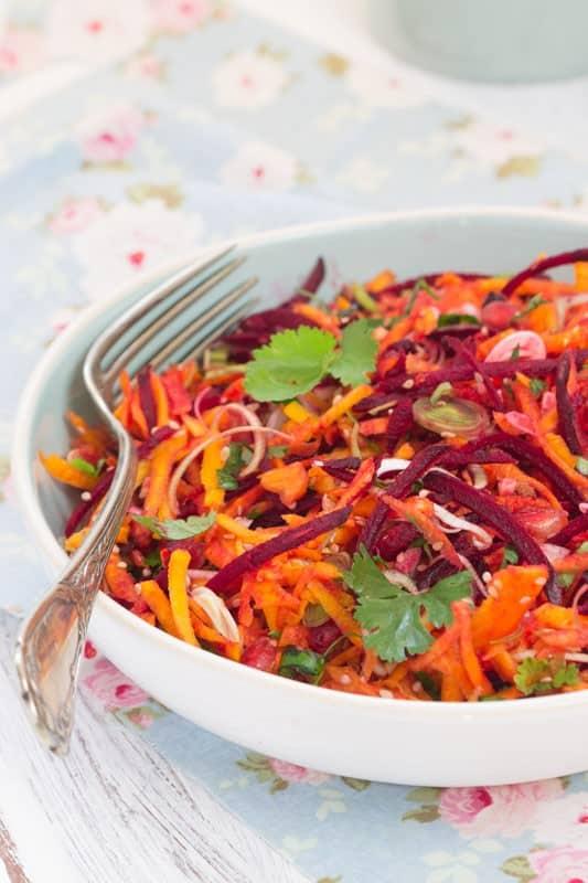 Salade de potimarron, betterave, poireau et grenade, sauce verte et fruitée