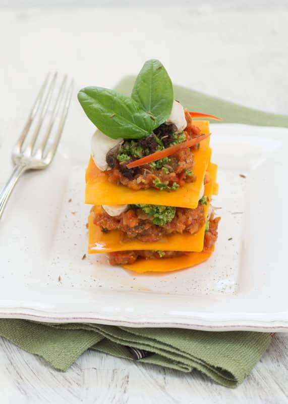 Lasagnes de butternut aux champignons, crème de poivron rouge, figues et tomates séchées, pesto d'épinards et noisettes, tapenade d'olives noires