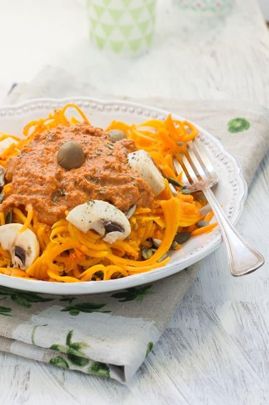 Spaghettis de courge, bolognaise de poivron, raisins secs et tomates séchées