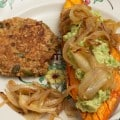 Patate douce rôtie au four à l'huile de coco, purée d'avocat et cacahuètes