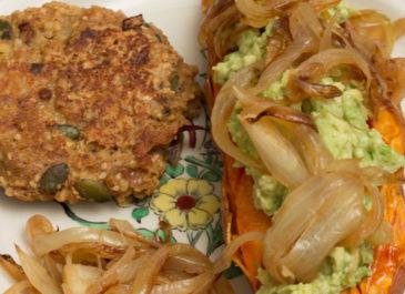 Patate douce rôtie au four, purée d'avocat et cacahuètes (vegan)
