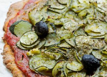 Tarte ou pizza rustique aux courgettes (vegan)