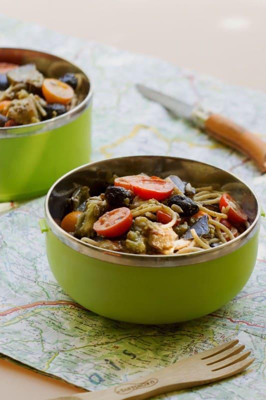 Salade de pâtes, aubergines au sésame, tomates et olives