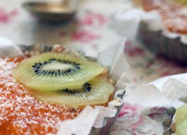 Tartelettes crues au kaki, coco et kiwi (vegan)