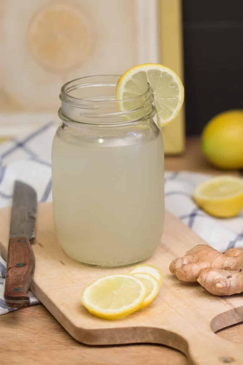 Boisson pétillante au gingembre, citron et fleur d'oranger
