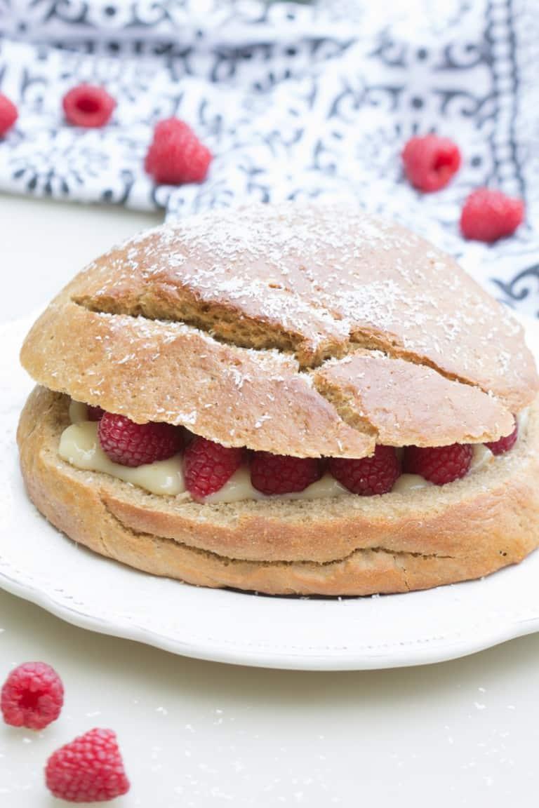 Gâteau brioché à la crème et aux framboises, façon tropézienne