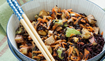 Salade de riz noir, carottes, avocat, tofu, cacahuètes et sésame (vegan)