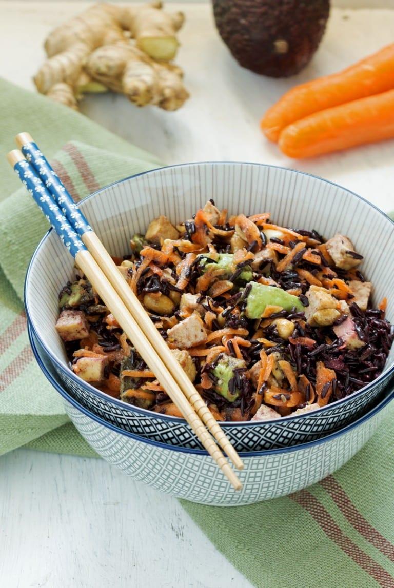 Salade de riz noir, carottes, avocat, tofu, cacahuètes et sésame