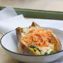 Patate douce au four, choux de Bruxelles et poireau, sauce au yaourt et curcuma