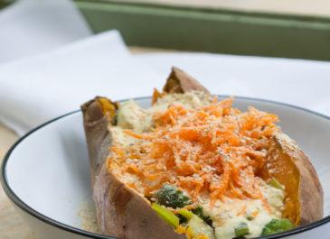 Patate douce au four, choux de Bruxelles et poireau, sauce au yaourt et curcuma (vegan)
