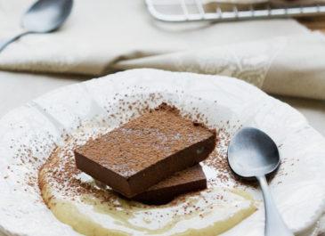 Carrés fondants au chocolat et crème anglaise (vegan, sans gluten)