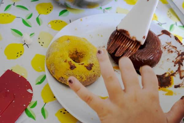 Donuts au four aux couleurs naturelles